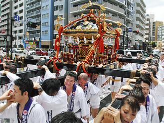 鶴見駅東口の交差点を渡る大神輿