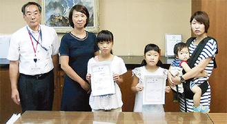 郵便局長賞を受賞した江月さん(左から3人目)と片岡さん(同4人目)
