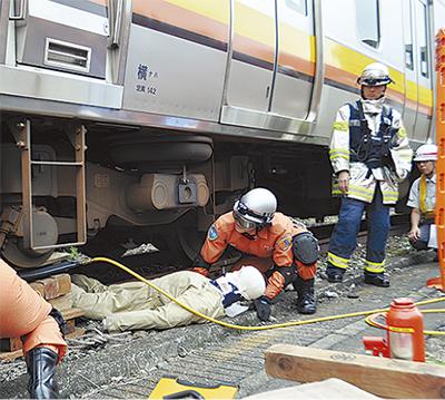 人身事故対応を確認 鶴見消防・JRが協力