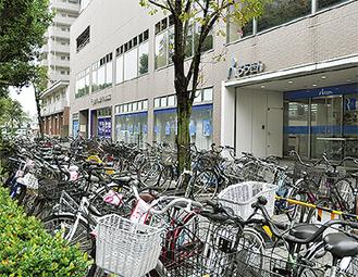 放置自転車が並ぶ中央労働金庫前