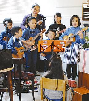 生徒とともに演奏を披露する内海さん