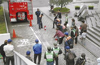 消火訓練に参加する住民ら