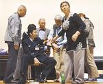 参加者に応急処置を教える長谷川さん(右)