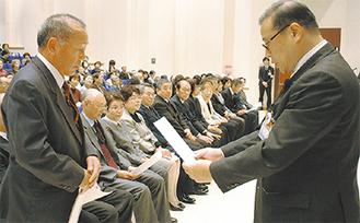 征矢区長(右)から委嘱状を受け取る各地区代表者
