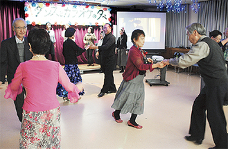 ステージでカラオケ、フロアーでダンスを楽しむ参加者
