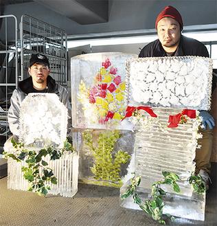 花の彫刻が美しい作品群とスタッフら