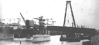 鶴見臨港鉄道着工時の運河への橋架設の様子とうよこ沿線編集室発行『わが町の昔と今 第7巻鶴見区編』より
