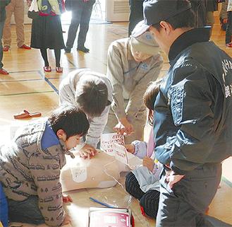 AED訓練を行う児童ら