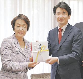 寄付を贈る平田取締役
