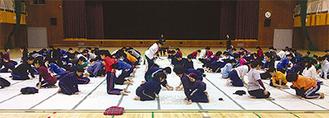 畳が敷かれ、会場となった鶴大体育館
