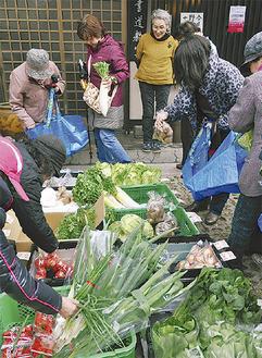 新鮮な野菜が並ぶ出張販売