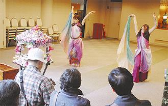 釈迦像の前でダンスを披露する学生
