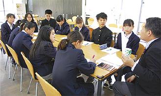 実行委員の説明を聞く生徒たち