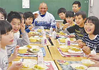 ラミレス監督とカレーを食べる児童