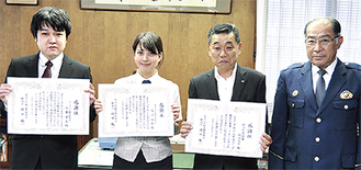 感謝状を贈られた高山さん(中央)、竹重さん(左端)
