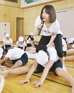 寺尾小に体操・鶴見さん