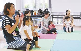 娘とともに英語教室を開くYokoさん(左)