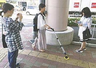 距離を測定する学生