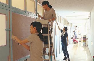 2階のドア部分を塗る参加者