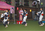 美咲さんの生歌をバックに踊る住民ら