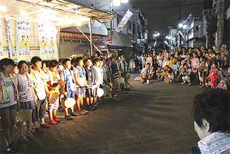 群読を発表する児童と集まった観客