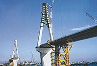 当時建設中の主塔(首都高速道路公団HPより)