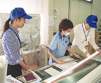 工場見学をする参加者