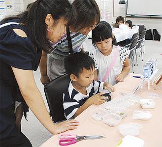 手作り体験や企業出展ブースを楽しむ親子連れ(上=マムリス、下=ふれあい祭り)