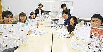 完成前の紙面を手にする学生たち