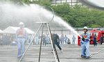 想定出火場所を水で射抜く消防団員