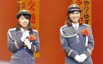 一日署長の松田さん(左)と寺澤さん(右)