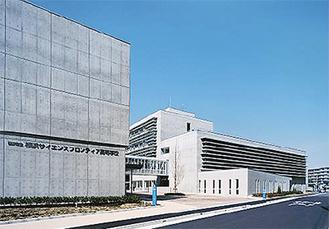 鶴見川河口そばに建つ横浜サイエンスフロンティア高校(横浜市提供)