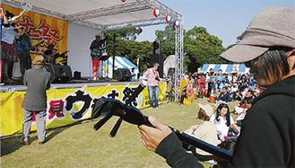来場者も参加し一斉演奏で盛り上がるステージ