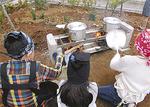 味噌汁を作る子どもたち