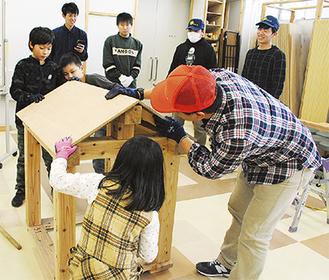 木槌などを使い小屋を作るタイムを競った大工体験