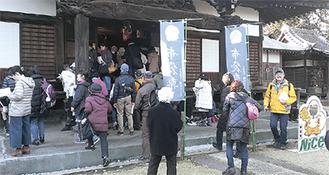 布袋尊を参る参加者(松蔭寺で)=鶴見歴史の会提供
