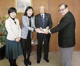 寄付金を渡す榎本部会長(左から2人目)