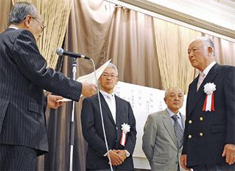 小林会長(左)から表彰される3人