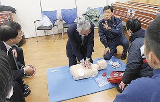 救命技術を学ぶ参加者ら