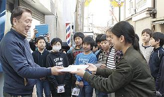 山梶会長にポスター等を贈る児童