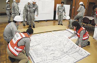 区内の大地図を広げる職員