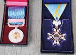 今回受章の瑞宝単光章(右)と6年前の藍綬褒章