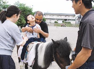乗馬を体験する参加者