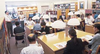 鶴見大学で参加者に解説する司書ら(写真は一昨年)