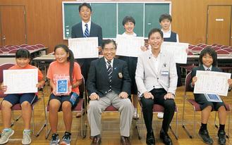 表彰を受けた受賞者(前列中央=岩下会長、同右から2人目=森健二区長)