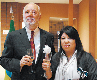 総領事と安富祖さん(右)