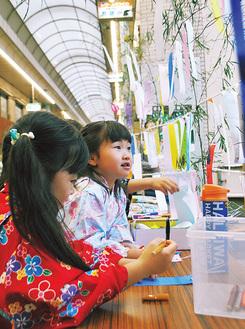 短冊に願いを書く子どもたち(昨年の様子)