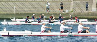 ボート競走で白熱した鶴見川
