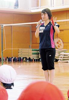 児童らに指導する藤井選手