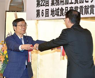 表彰を受ける寺嶋社長